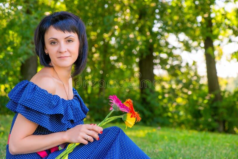 Menina bonita com um ramalhete dos gerberas fotos de stock