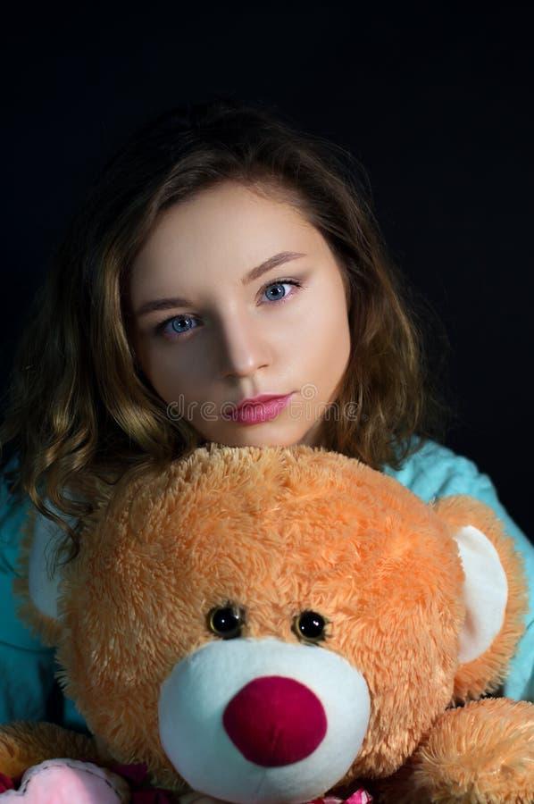 Menina bonita com um urso do brinquedo imagens de stock royalty free
