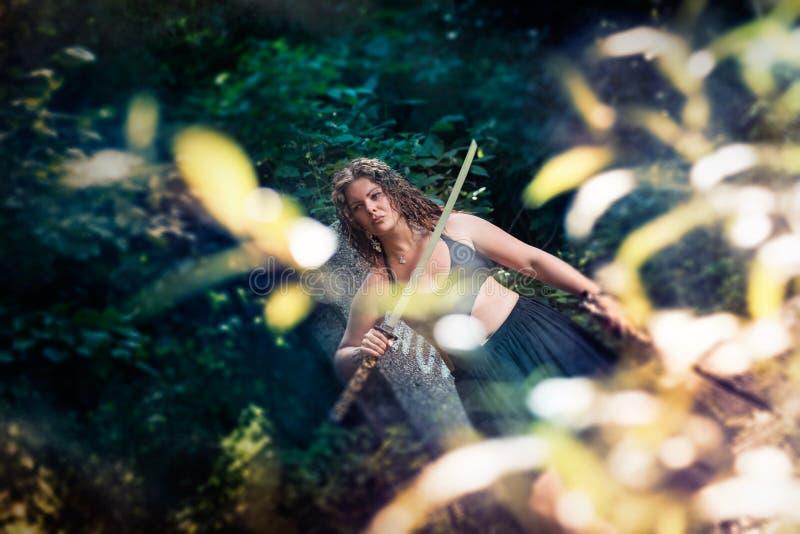 Menina bonita com uma espada imagem de stock royalty free