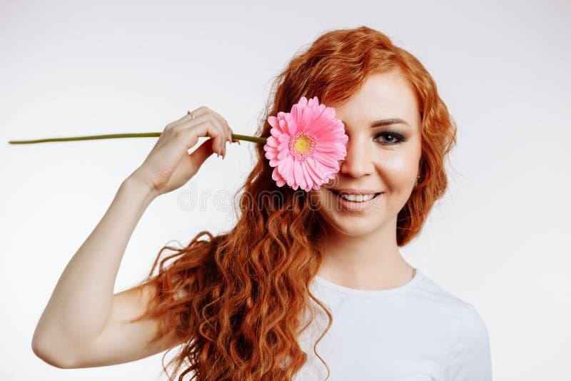 Menina bonita com uma flor imagem de stock