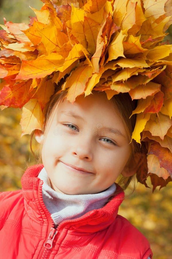 Menina bonita com uma grinalda imagens de stock royalty free