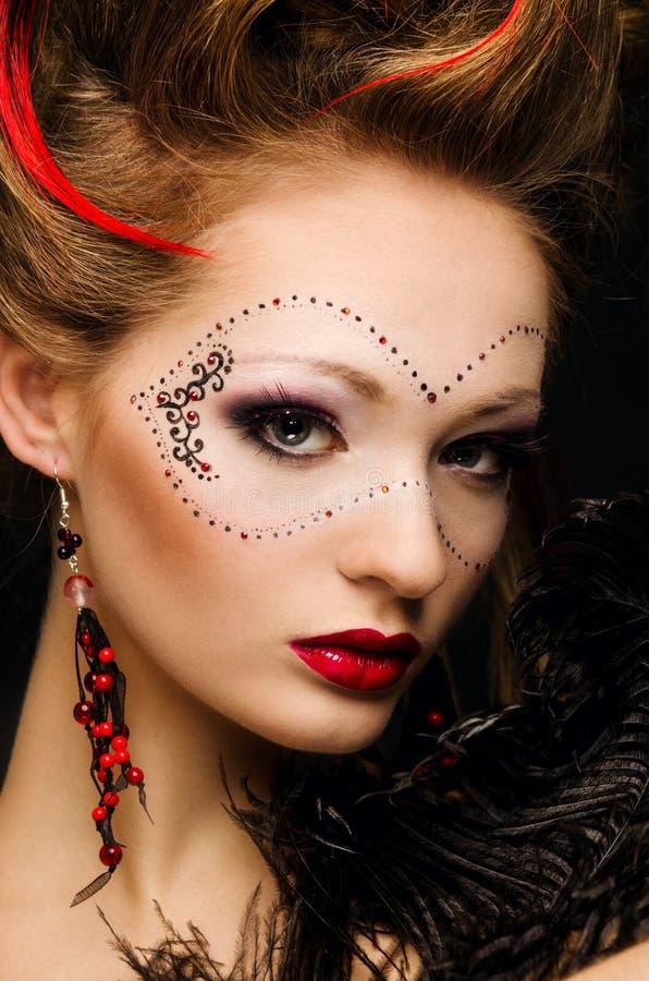 A menina bonita com uma máscara e compo imagens de stock royalty free