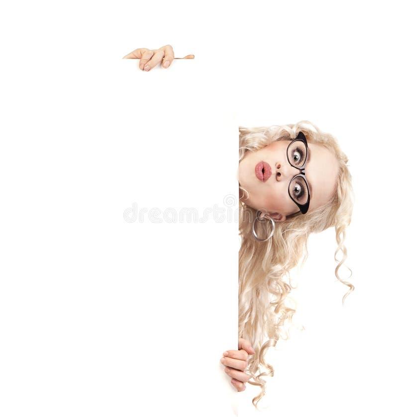 Menina bonita com uma placa da apresentação em branco imagem de stock