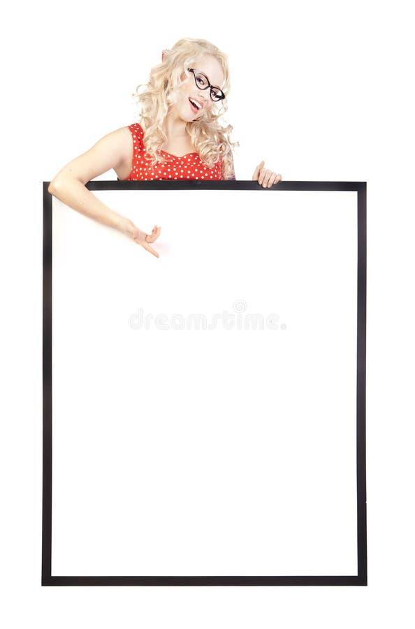 Menina bonita com uma placa da apresentação em branco foto de stock royalty free