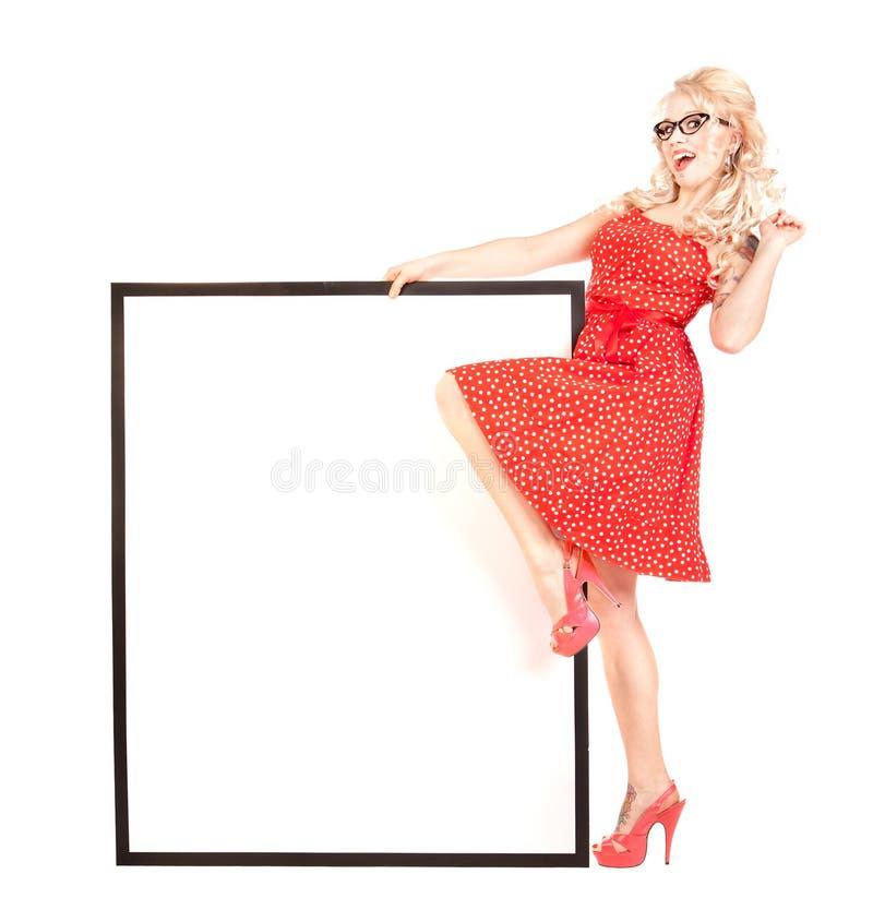 Menina bonita com uma placa da apresentação em branco foto de stock