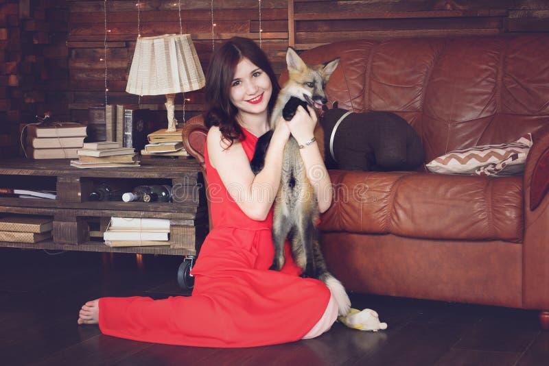 Menina bonita com uma raposa fotografia de stock