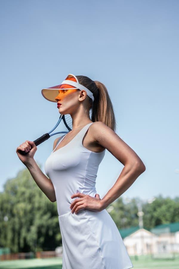 Menina bonita com uma raquete de tênis foto de stock