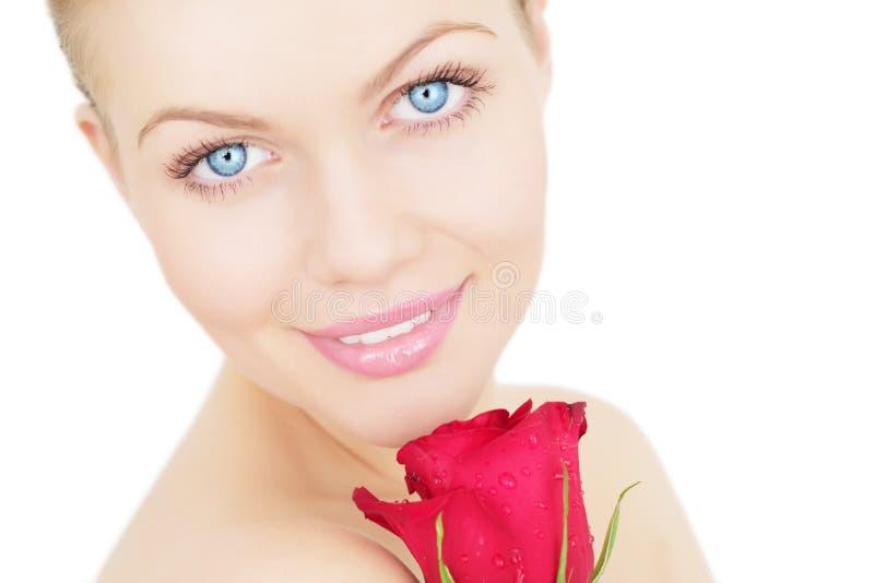 A menina bonita com vermelho levantou-se imagens de stock royalty free