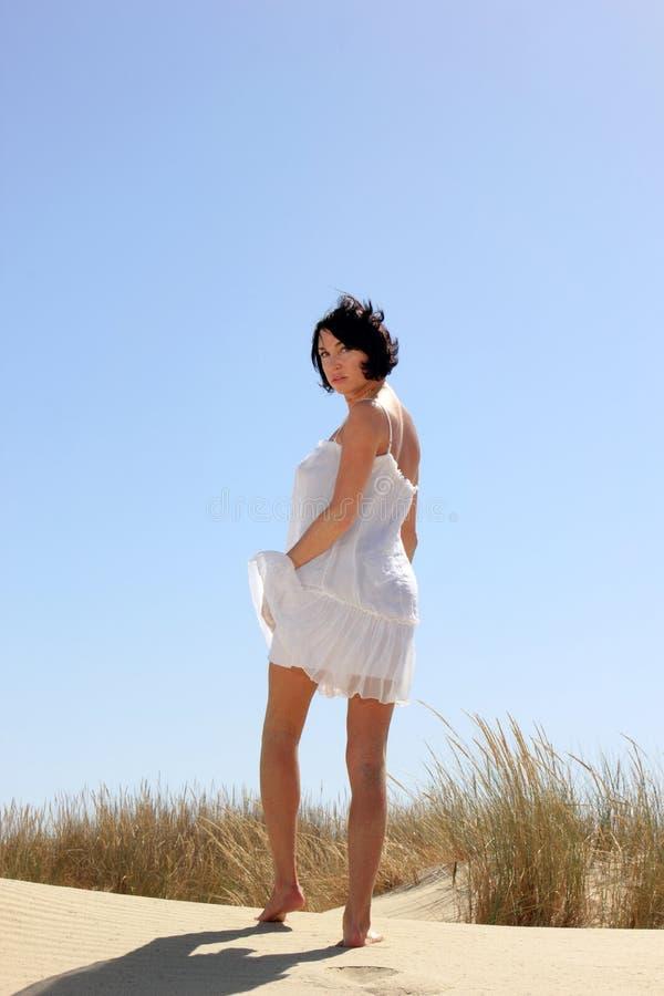 Download Menina Bonita Com Vestido Branco Foto de Stock - Imagem de montes, praia: 29831174
