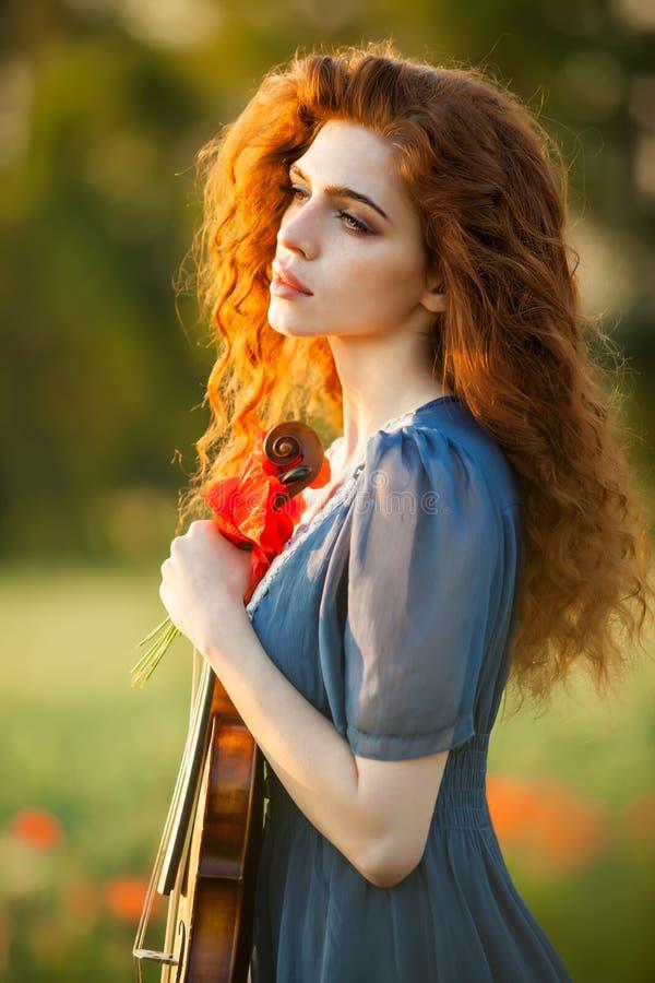 Menina bonita com violino imagem de stock royalty free