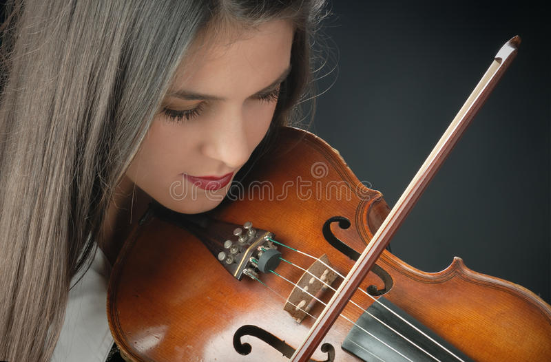 Menina bonita com violino fotos de stock royalty free
