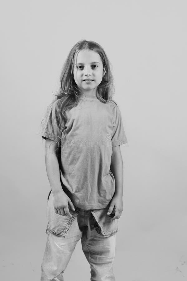 Menina bonita A criança olha como a estrela do hip-hop que veste a roupa ocasional imagem de stock royalty free
