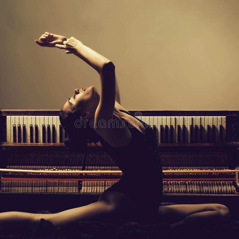 menina bonita da bailarina no piano retro imagem de stock