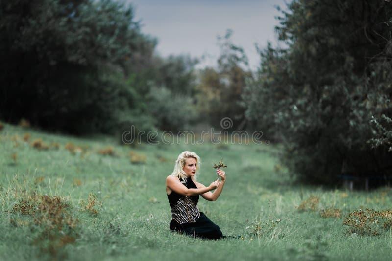 A menina bonita da bruxa molda um período foto de stock