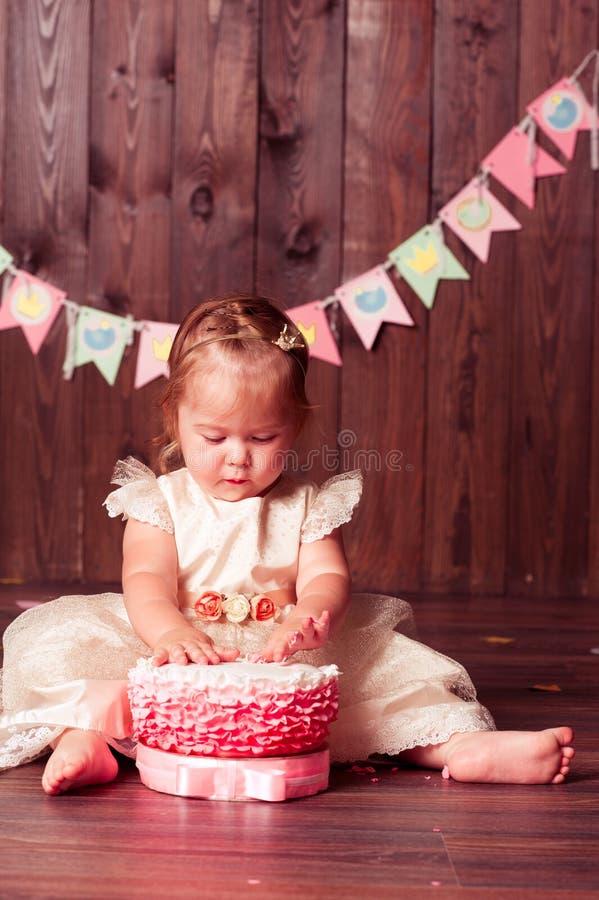 Menina bonita da criança com bolo de aniversário fotos de stock royalty free