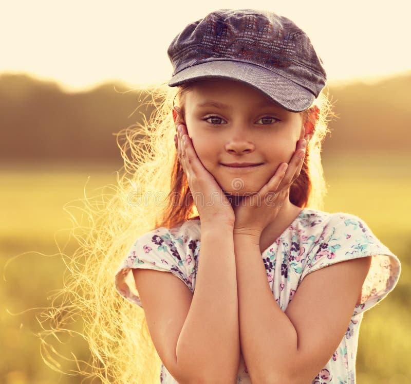 Menina bonita da criança com cabelo longo na OU de sorriso do tampão azul da forma imagens de stock