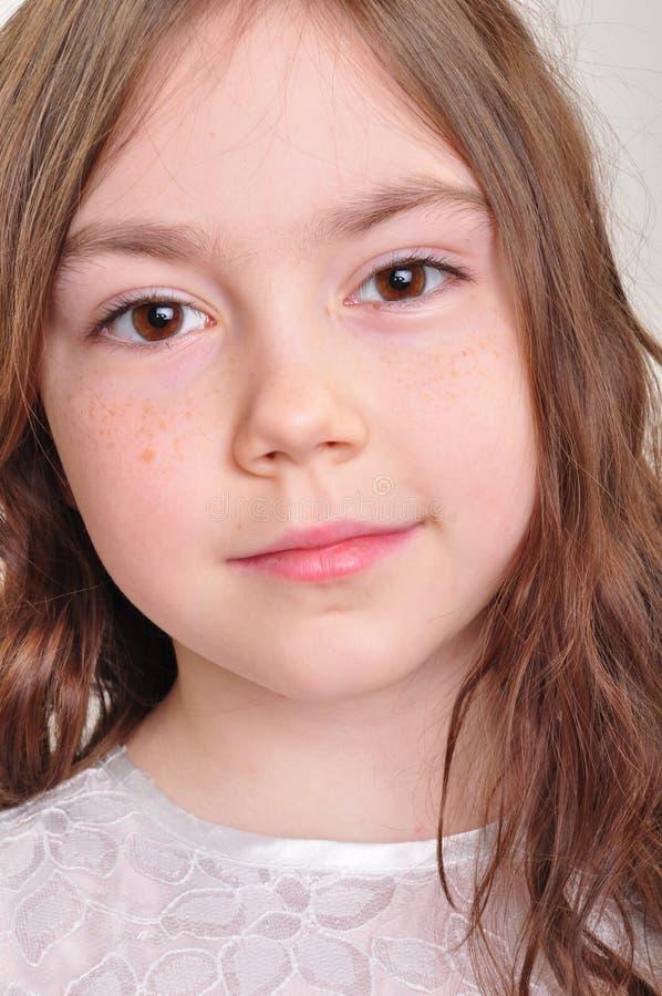 Menina bonita da criança de 8 anos no vestido branco fotos de stock
