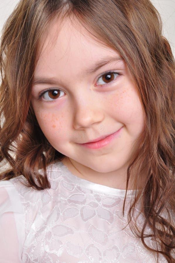 Menina bonita da criança de 8 anos no vestido branco foto de stock