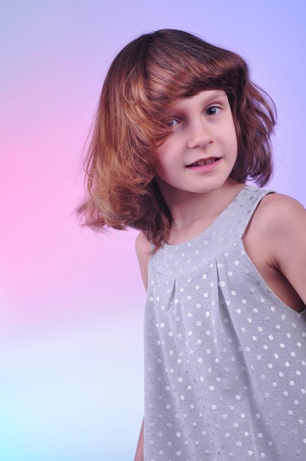 Menina bonita da criança de 8 anos no vestido de prata imagem de stock