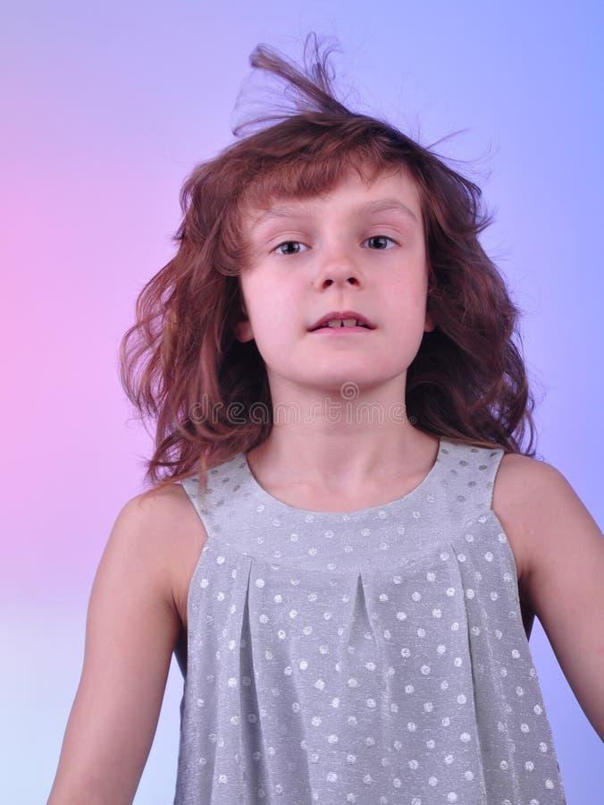 Menina bonita da criança de 8 anos no vestido de prata imagens de stock royalty free