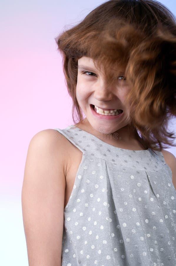 Menina bonita da criança de 8 anos no vestido de prata fotografia de stock royalty free