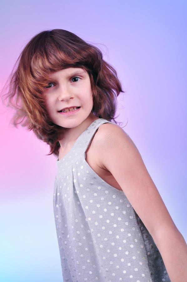Menina bonita da criança de 8 anos no vestido de prata foto de stock