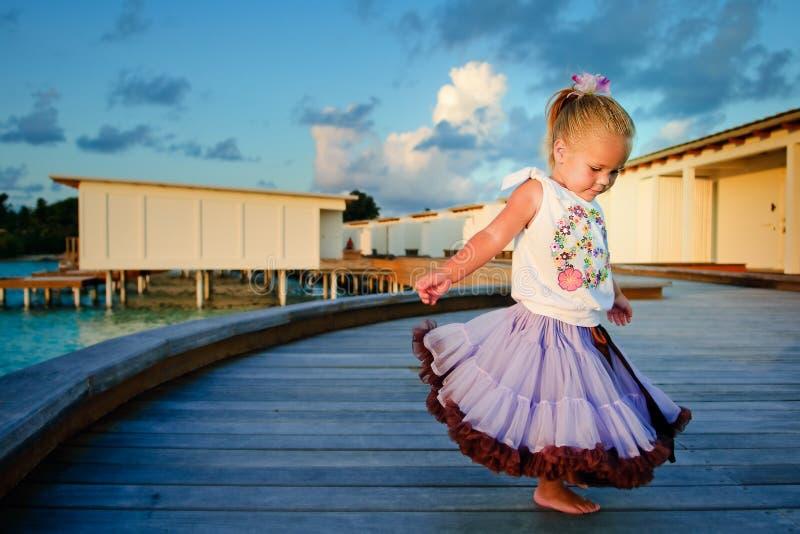 Menina bonita da criança na saia do tutu no por do sol fotografia de stock