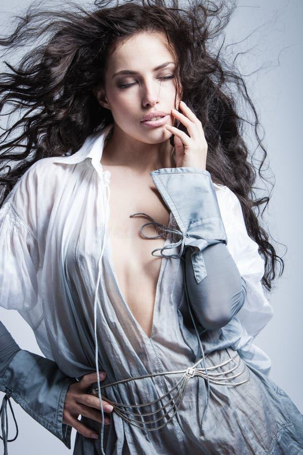 Menina bonita da forma com o tiro longo do estúdio do cabelo escuro fotos de stock royalty free