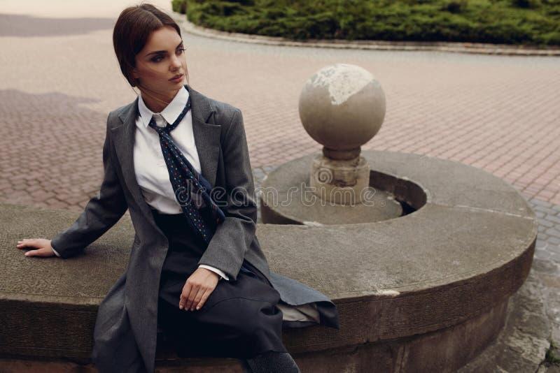Menina bonita da forma na roupa elegante que levanta na rua imagem de stock royalty free