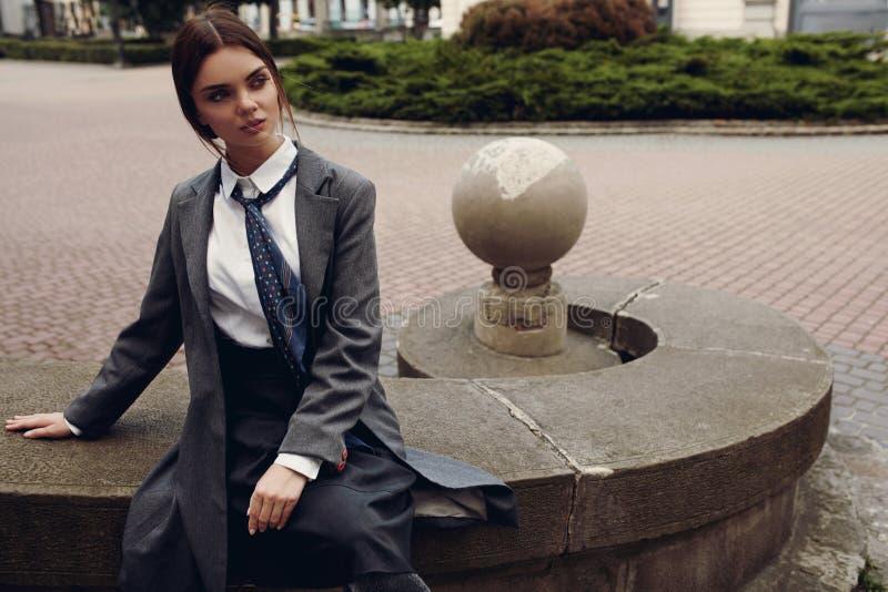 Menina bonita da forma na roupa elegante que levanta na rua foto de stock royalty free