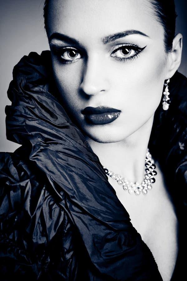 Menina bonita da forma no fundo cinzento imagem de stock royalty free