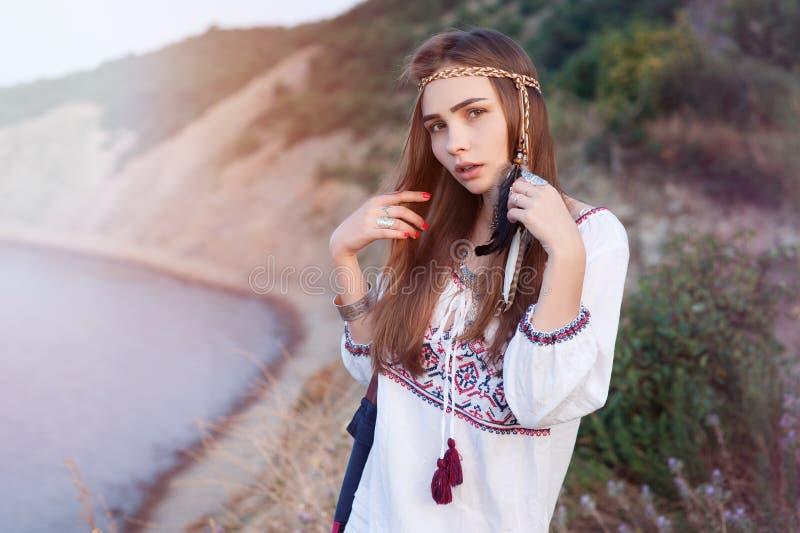 A menina bonita da hippie no estilo chique de Bochho está no fundo do mar foto de stock royalty free