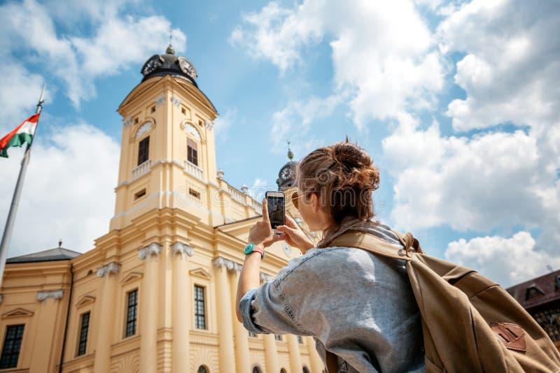 Menina bonita da jovem mulher que faz vistas de fotografia em um esperto imagens de stock