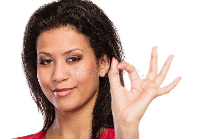 Menina bonita da mulher que dá o gesto aprovado do sinal fotografia de stock