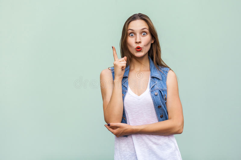 A menina bonita das sardas obteve a ideia e colocou seu dedo imagem de stock