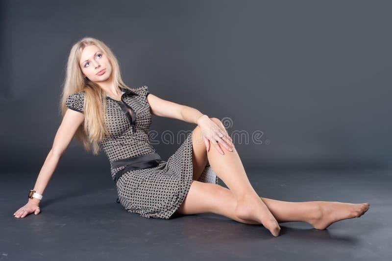 Menina bonita de assento imagens de stock royalty free