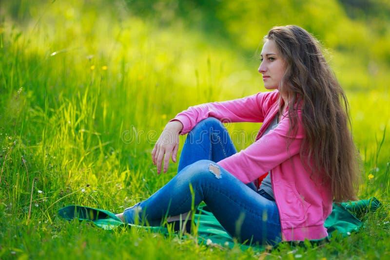 Menina bonita de assento fotos de stock