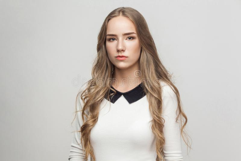 Menina bonita de cabelos compridos infeliz do retrato fotografia de stock royalty free