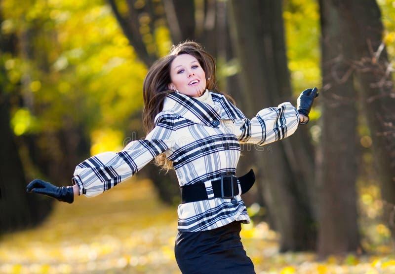 Menina bonita de salto fotografia de stock royalty free