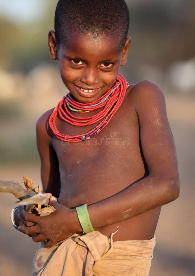 Menina bonita de Samburu no cargo dos arqueiros, Kenya fotos de stock