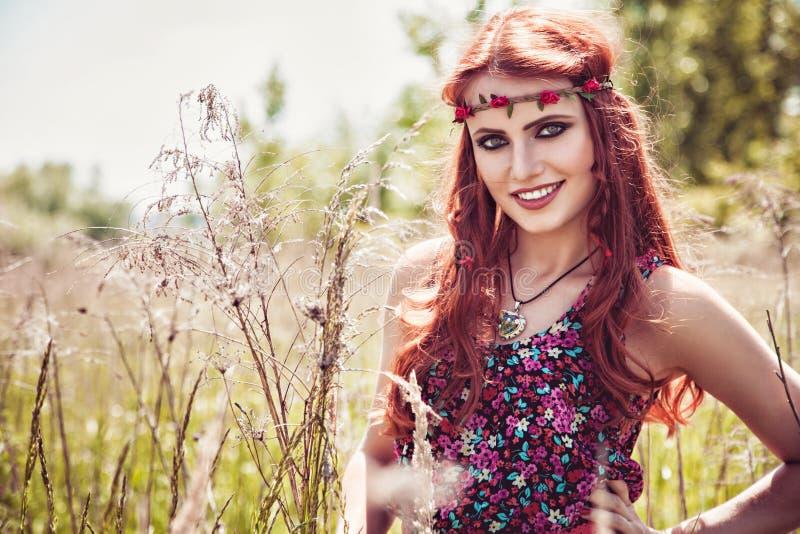 Menina bonita de sorriso fora no verão fotografia de stock royalty free