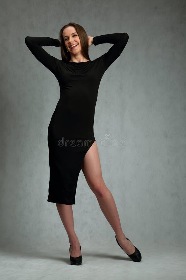 Menina bonita, delgada no vestido preto imagem de stock royalty free