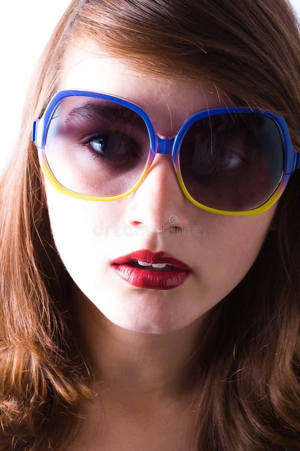 A menina bonita desgasta óculos de sol fotos de stock