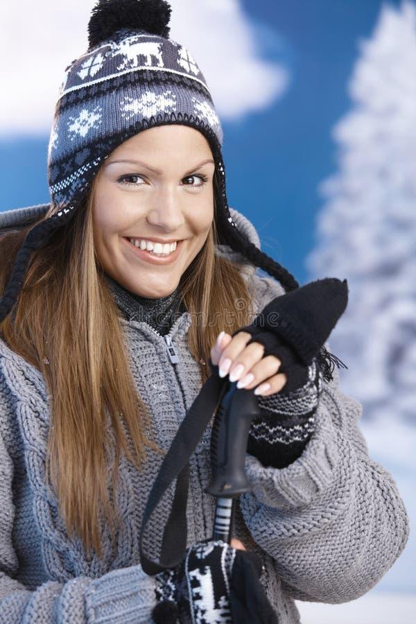 Menina bonita desportivo vestido para o sorriso do esqui foto de stock