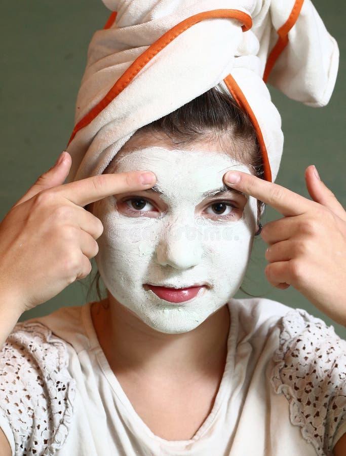 Menina bonita do adolescente com máscara azul do indício fotos de stock royalty free