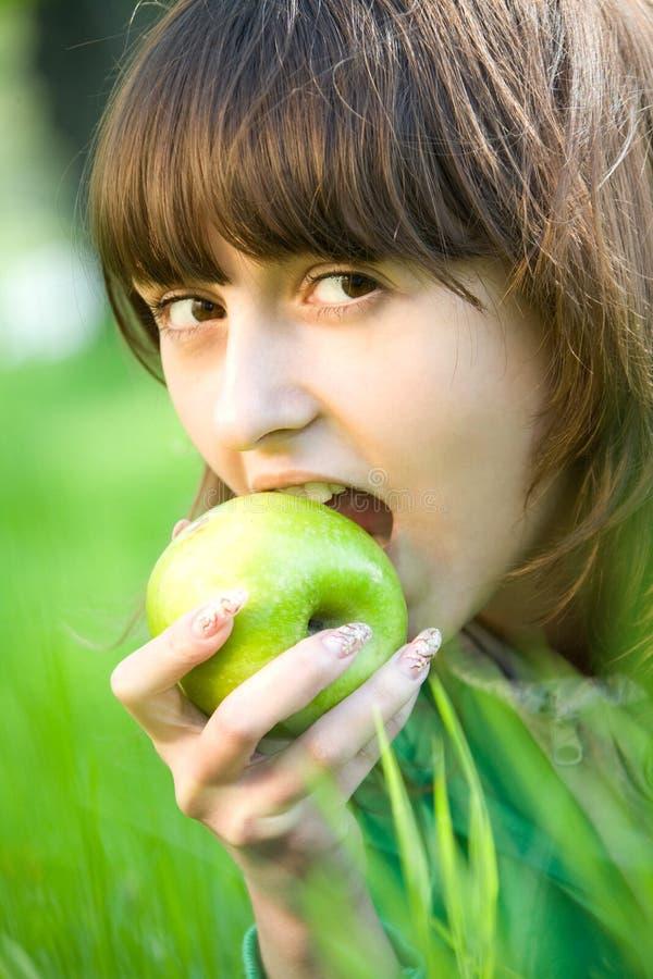 Menina bonita do adolescente com maçã imagem de stock