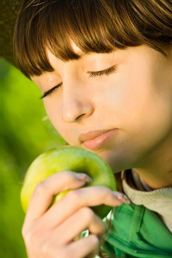 Menina bonita do adolescente com maçã foto de stock