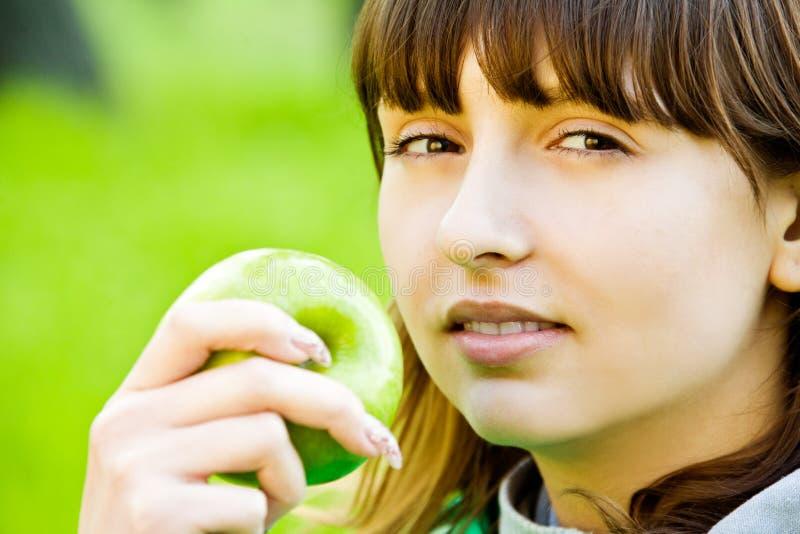 Menina bonita do adolescente com maçã imagens de stock royalty free