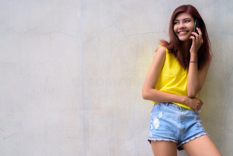 Menina bonita do adolescente que veste a camisa amarela vibrante imagem de stock royalty free