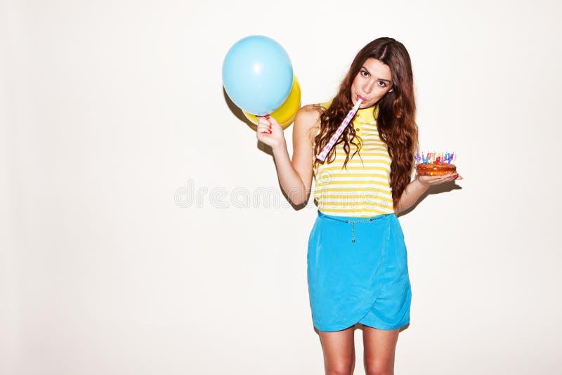 Menina bonita do aniversário com ballons e bolo fotos de stock